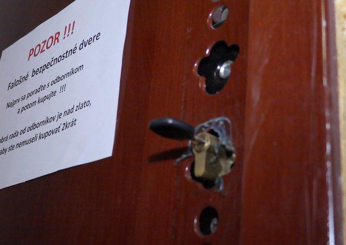 8d8a406fa0 VIDEO  Lacné bezpečnostné dvere byt nechránia