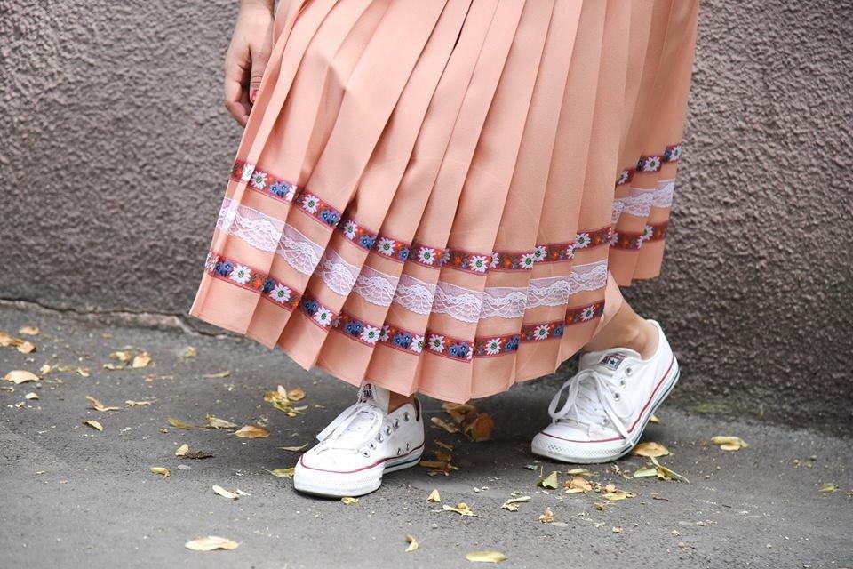 08d686037ec5 Plisované sukne poznali už babky na dedine. Súrodenci z Prešova z nich  urobili módny trend