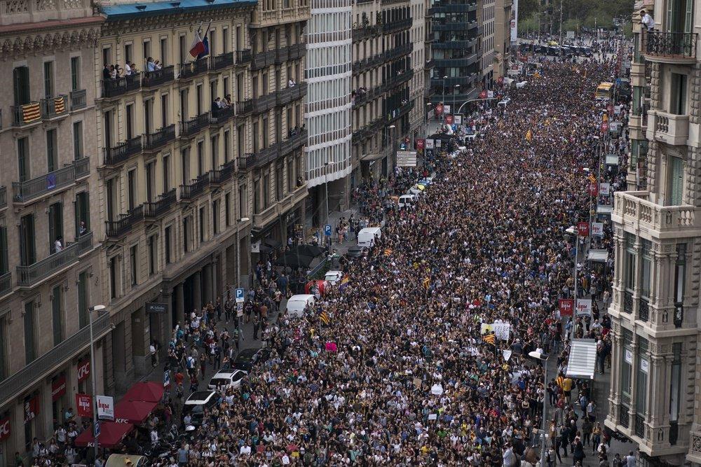 1fc68d1548e3f Stovky študentov sa zišli na námestí v Barcelone na protest proti  policajnej brutalite počas nedeľného referenda / TASR