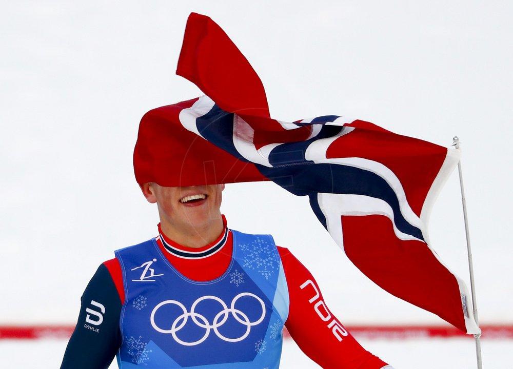 Foto. Nórsky reprezentant v behu na lyžiach Johannes Hösflot Klaebo sa teší  po zisku zlatej olympijskej medaily ... cccd45ac2f8