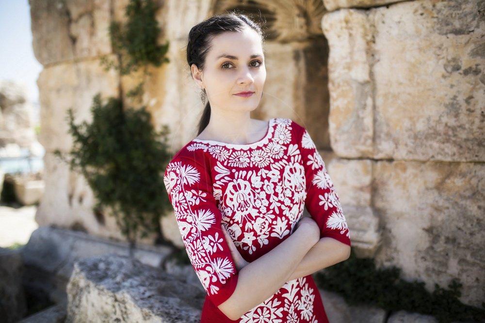 5c8b7484e4f7 Vyšívané šaty z dielne Jaroslavy Wurll Kocanovej (na snímke) si našli svoje  majiteľky už po celom svete   J.W.K.