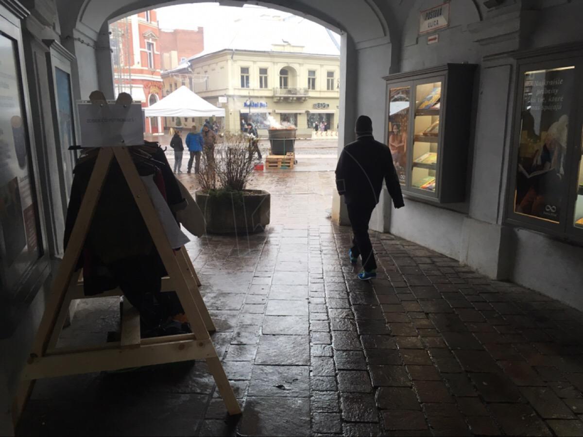 FOTO  Vešiak pomoci v podchode na Poštovej ulici  52e255a32b9